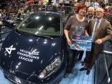 Glückliche Gewinnerin eines brandneuen Ford Fiesta gefunden