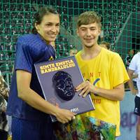 Neagu presents special Romanian fan with special award